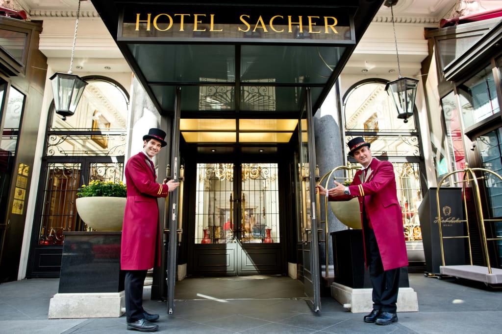 Hotel Sacher Wien: Wagenmeister heißen Gäste willkommen
