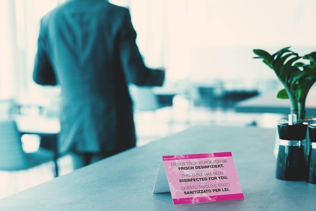 Jeden Platz sollen Kellnerinnen und Kellner vor dem Besucherwechsel desinfizieren, so der Anspruch vieler Studienteilnehmer; 62 Prozent unter 2.000 Befragten bekennen sich eindeutig dazu.