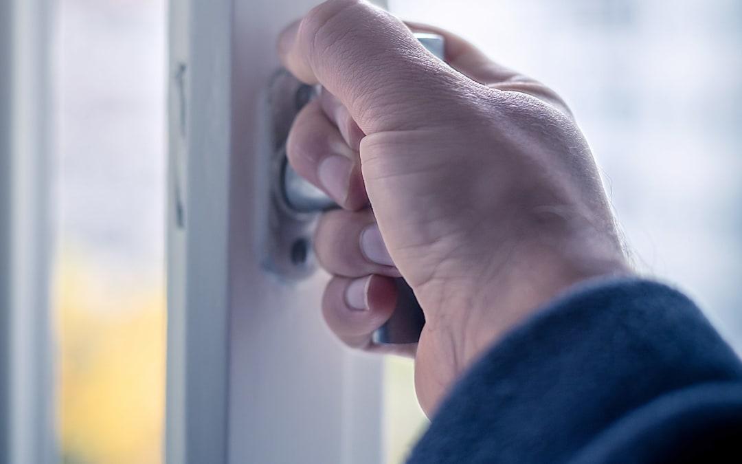 Aerosole bleiben gefährlich: Infektionsgefahr vor allem in Innenräumen hoch – Lüften, lüften, lüften!
