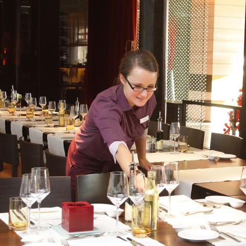Hotel Azubi deckt Tisch ein - Alois Müller Dehoga
