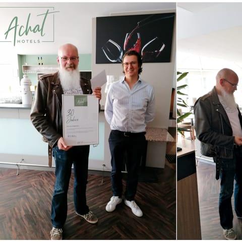 Achat Hotel Neustadt an der Weinstraße: Jubilar Silvio Klemm (links) mit Philipp von Bodman, Geschäftsführender Gesellschafter Achat Hotels (linkes Bild) und einmal mit Direktor Albert Rook (rechtes Bild)