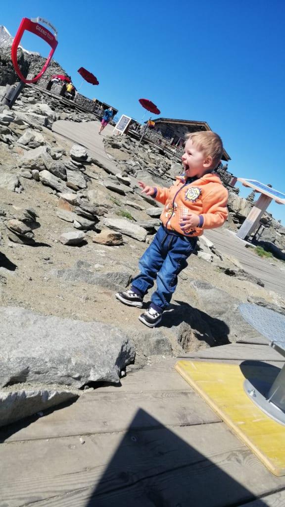 Der kleine Finn (2) auf dem Eggishorn hoch über dem Grossen Aletschgletscher Foto (c)Nico Peine