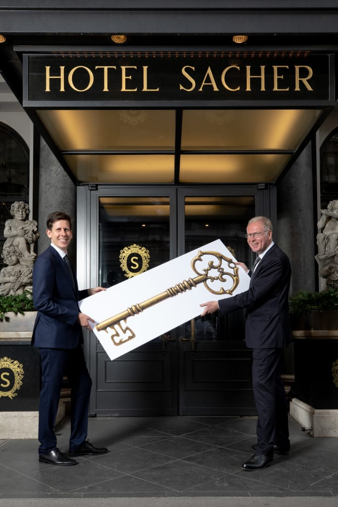 Symbolische Schlüsselübergabe vor dem Hotel Sacher Wien: Reiner Heilmann (rechts) wird von Andreas Keese als neuer Hoteldirektor abgelöst. (Foto: Sacher)