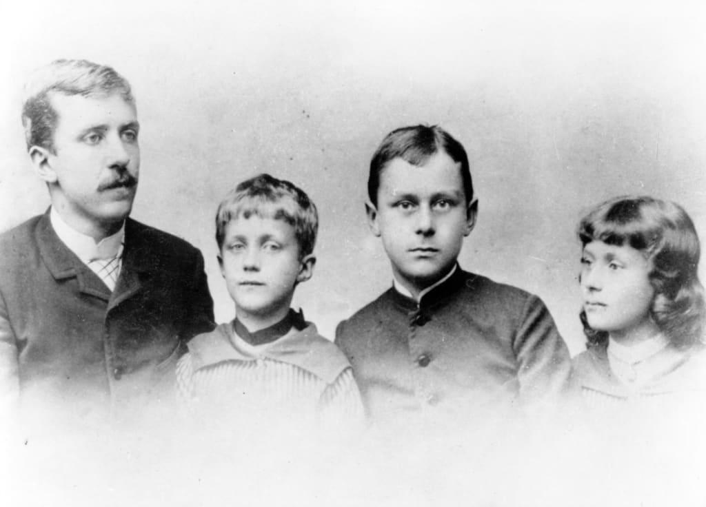 Kinderbild von Thomas Mann mit zwei Geschwistern und Vater.