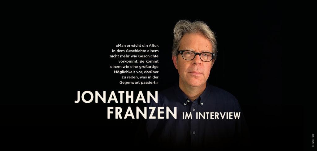 """Autorenfoto Jonathan Franzen auf schwarzem Hintergrund, Text: """"Jonathan Franzen im Interview"""""""