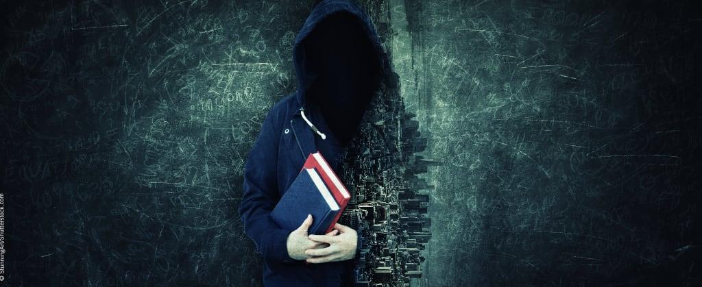 Dunkle Gestalt mit Büchern in der Hand vor einem dunklen Hintergrund