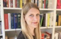 Porträt der Lektorin Yelenah Frahm vor einem Bücherregal