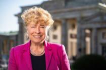 Die Politikwissenschaftlerin Gesine Schwan steht in einem pinken Blazer vor dem Brandenburger Tor