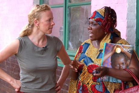Katja Riemann mit einer Kongo-Aktivistin und UNICEF-Mitarbeiterin im Feld