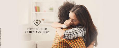 Diese Bücher gehen ans HerzEine junge Frau umarmt tröstend eine andere junge Frau