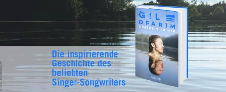 """See mit klarem Wasser im Hintergrund, im Vordergrund das Buch """"Freiheit in mir"""" von Gil Ofarim und der Text """"Die inspirierende Geschichte des beliebten Singer-Songwriters"""""""