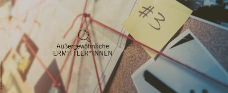 """Detailblick auf eine Pinnwand mit Notizen, die mit rotem Faden verbunden sind. Im Vordergrund der Schriftzug """"Außergewöhnliche Ermittler*innen"""""""