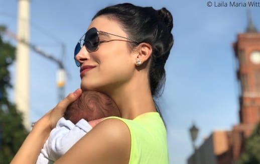Laila Maria Witt kuschelt mit ihrem Baby