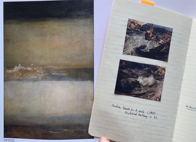 Auf der linken Seite ist ein Gemälde des Meeres von William Turner zu sehen, daneben die linke Seite eines aufgeschlagenen Notizbuches, in das zwei kleine, ausgedruckte Gemälde von William Turner eingeklebt sind