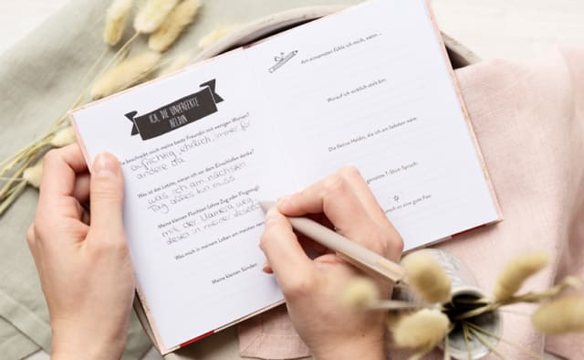 Eintragbuch Hand schreibt mit Kuli