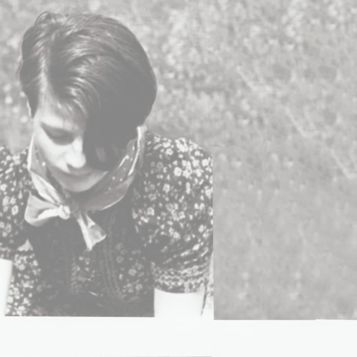 Eine alte Fotografie von einem jungen Mädchen, Sophie Scholl, in einem Kleid