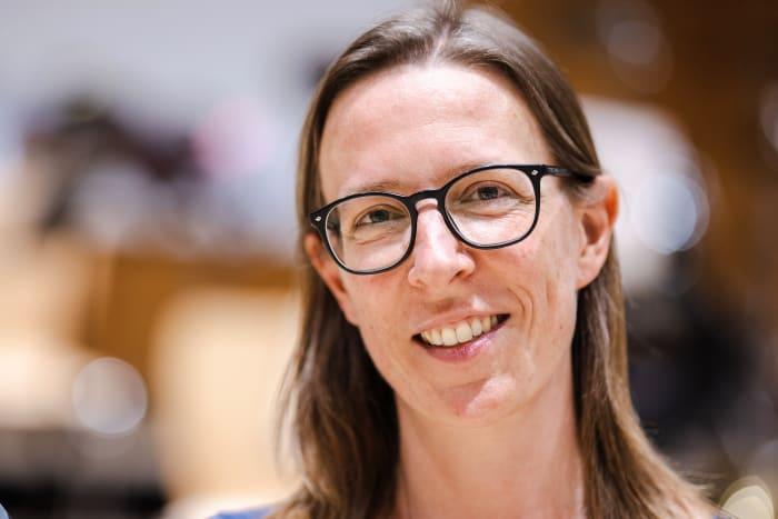 Die Übersetzerin Eva Regul blickt lächelnd mit Brille in die Kamera
