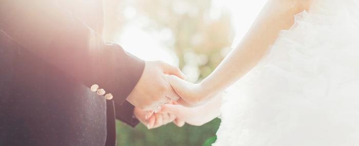 Hochzeitspaar hält die Hände