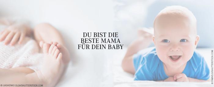 """Auf der linken Seite sieht man die Füße eines Babys, rechts ein Baby, auf dem Bauch liegend, in einem blauem Oberteil, das in die Kamera lacht. In der Mitte steht der Text """"Du bist die beste Mama für dein Baby"""""""