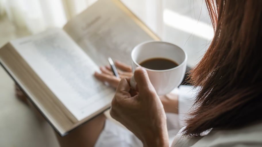 Frau mit Kaffee und Buch