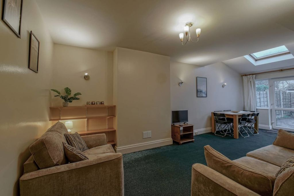 image 1 furnished 4 bedroom Apartment for rent in Moss Side, Manchester