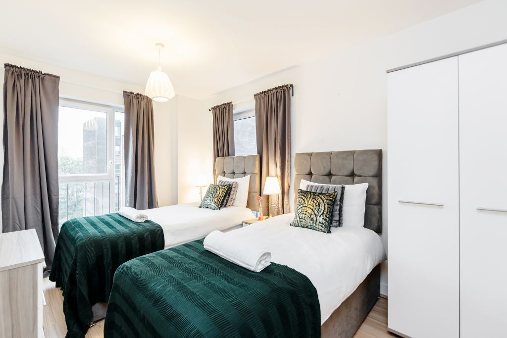 image 2 furnished 2 bedroom Apartment for rent in Romford, Havering