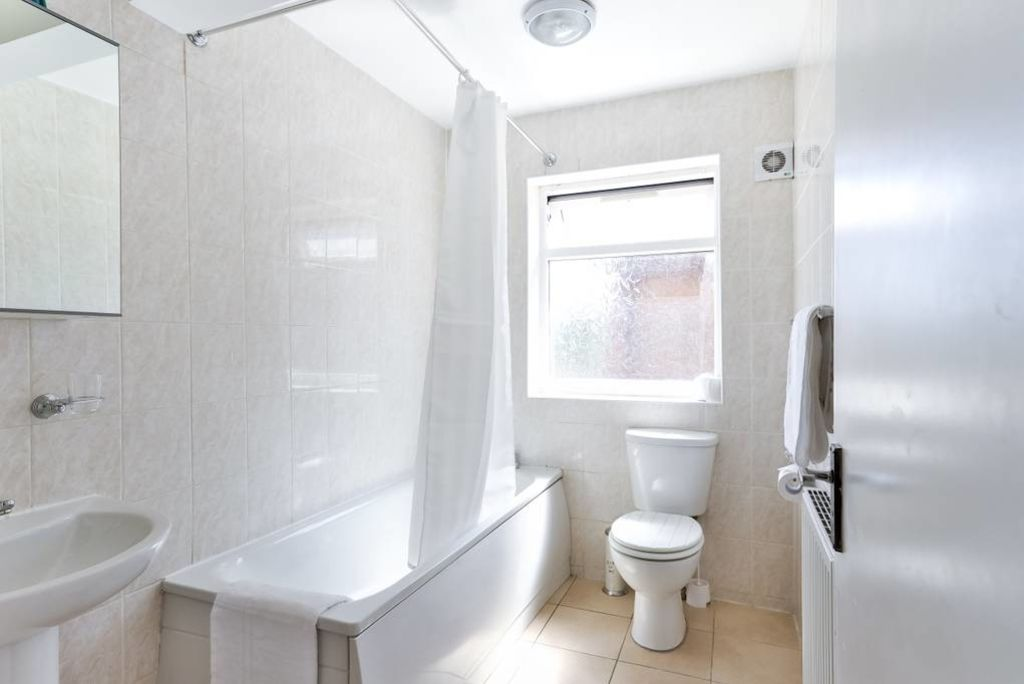 image 4 furnished 2 bedroom Apartment for rent in Edmonton, Enfield