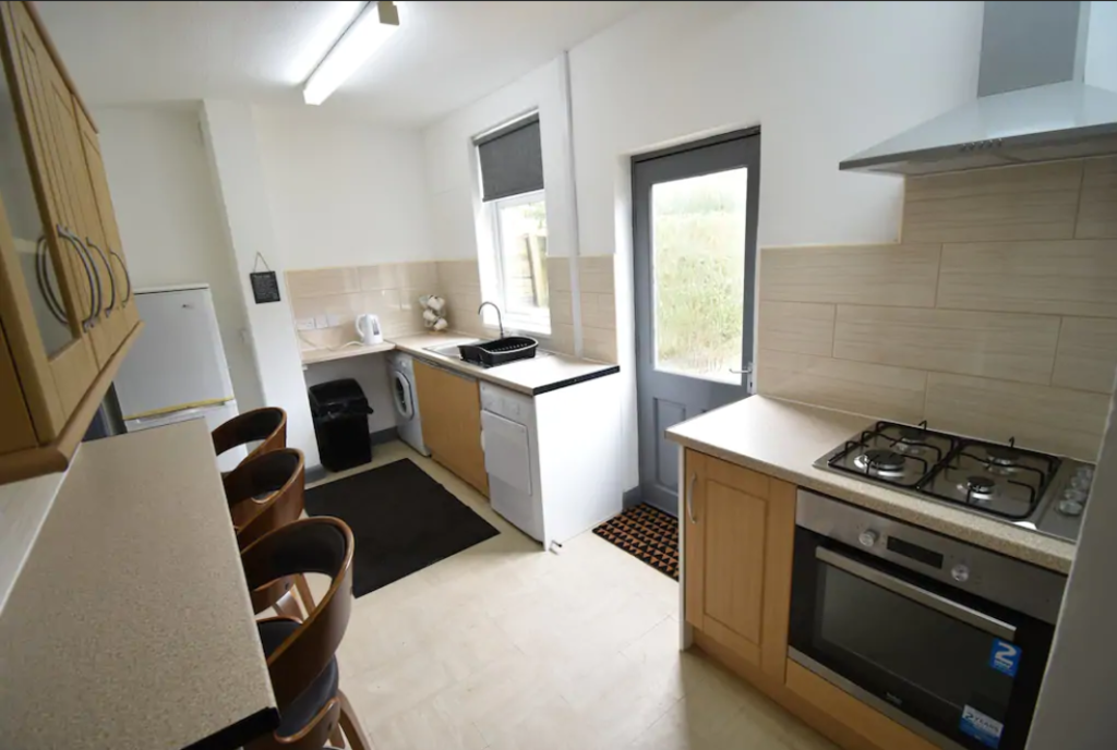 image 2 furnished 4 bedroom Apartment for rent in Foleshill, Coventry