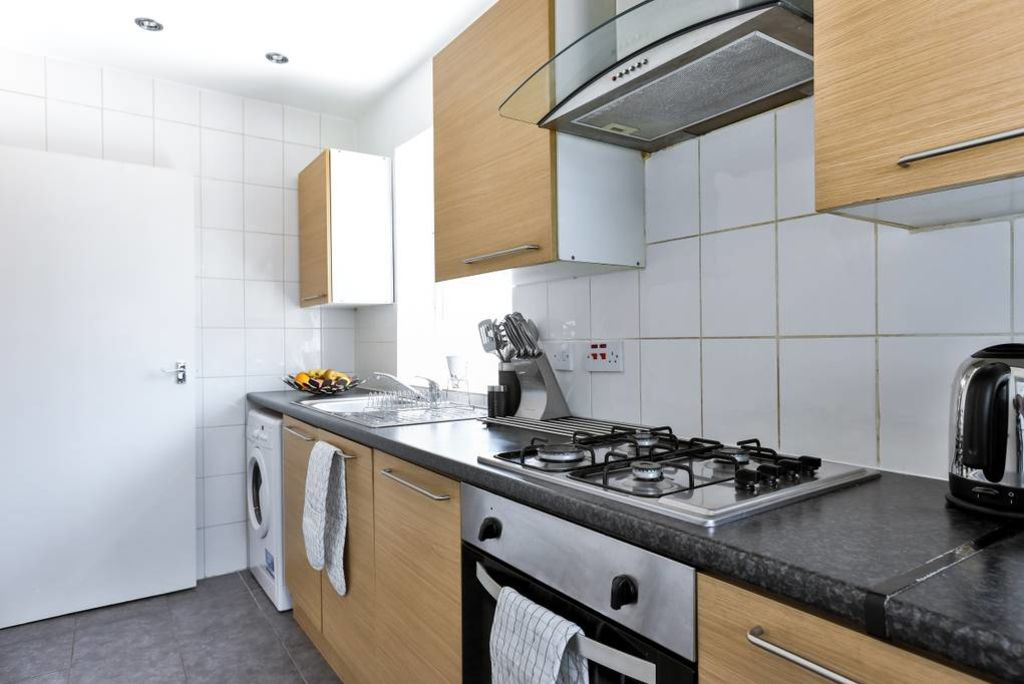 image 10 furnished 2 bedroom Apartment for rent in Edmonton, Enfield