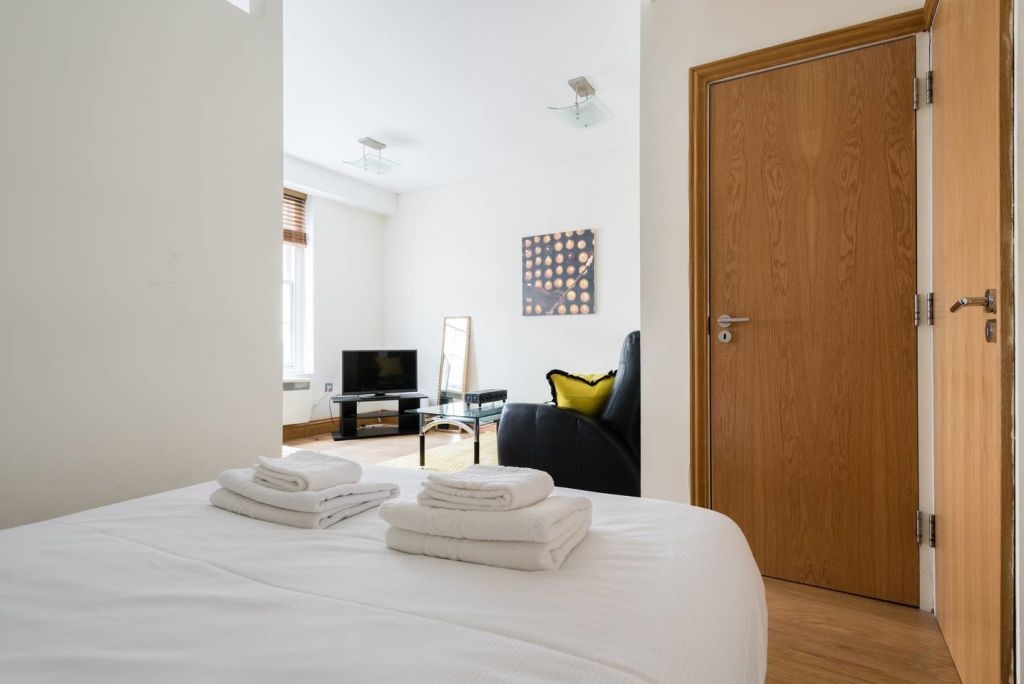 image 2 furnished 1 bedroom Apartment for rent in Cheap, City of London
