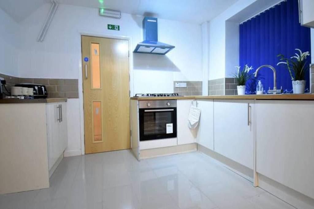image 5 furnished 4 bedroom Apartment for rent in Sydenham, Belfast City