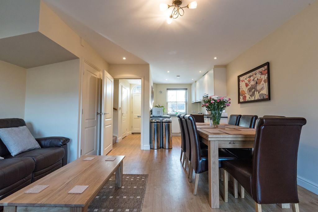 image 2 furnished 4 bedroom Apartment for rent in South Wimbledon, Merton