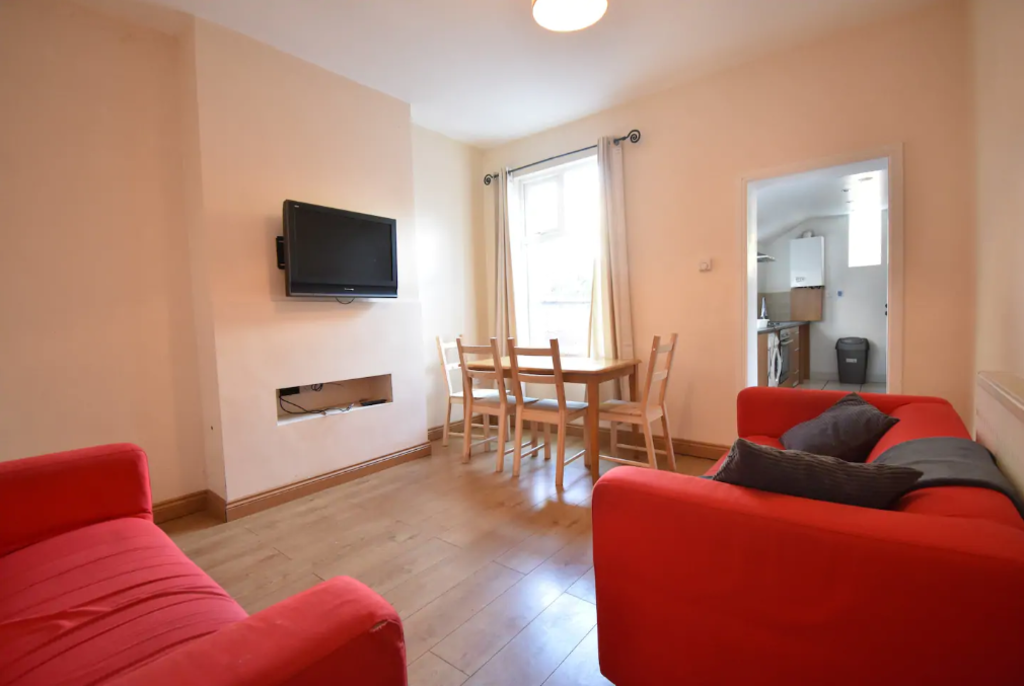 image 2 furnished 4 bedroom Apartment for rent in Earlsdon, Coventry