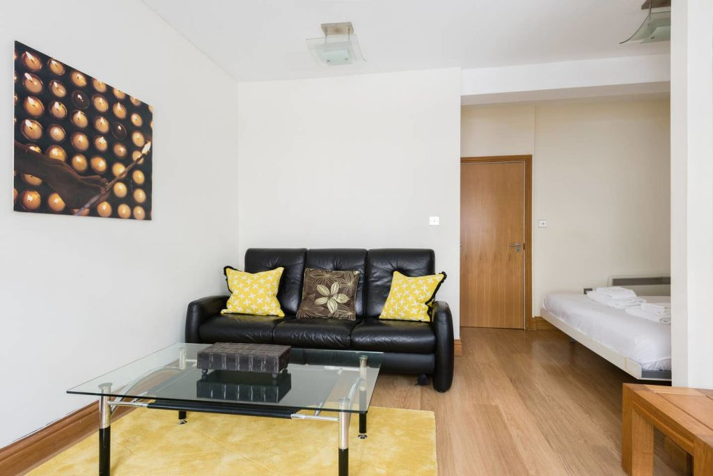 image 3 furnished 1 bedroom Apartment for rent in Cheap, City of London