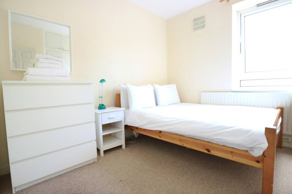 image 2 furnished 3 bedroom Apartment for rent in Spitalfields, Tower Hamlets