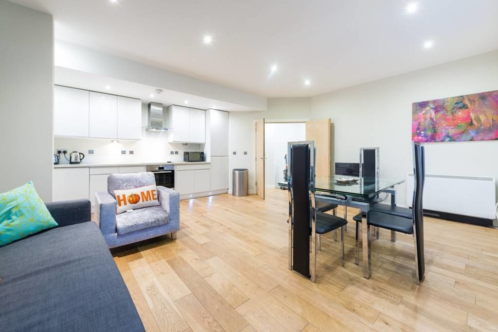 image 2 furnished 3 bedroom Apartment for rent in Stockwell, Lambeth