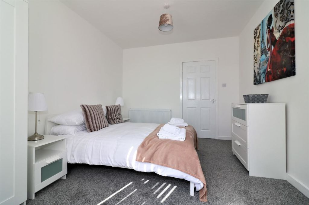 image 5 furnished 3 bedroom Apartment for rent in Glasgow, Scotland