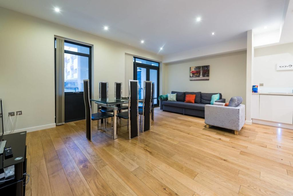 image 1 furnished 3 bedroom Apartment for rent in Stockwell, Lambeth