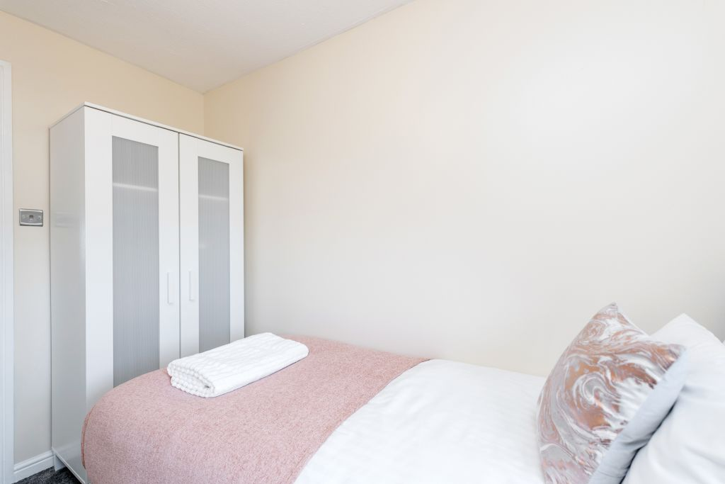 image 5 furnished 3 bedroom Apartment for rent in Thurrock, Essex