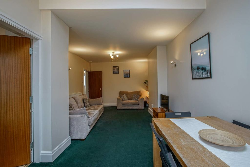image 2 furnished 4 bedroom Apartment for rent in Moss Side, Manchester