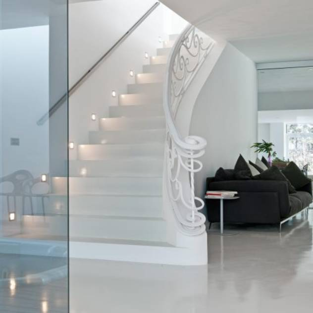 Escaleras – The White Houses : Pasillos, vestíbulos y escaleras de estilo moderno de Bernadó Luxury Houses