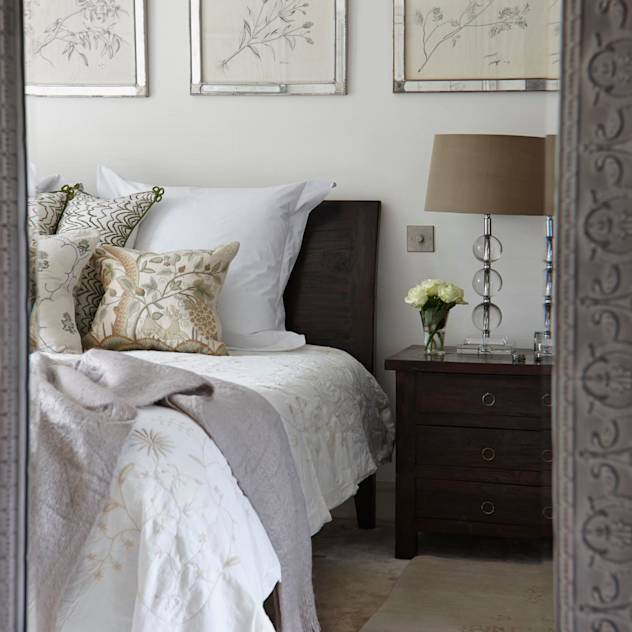 Country Home Bedroom : Camera da letto rurale di Charlotte Crosland Interiors