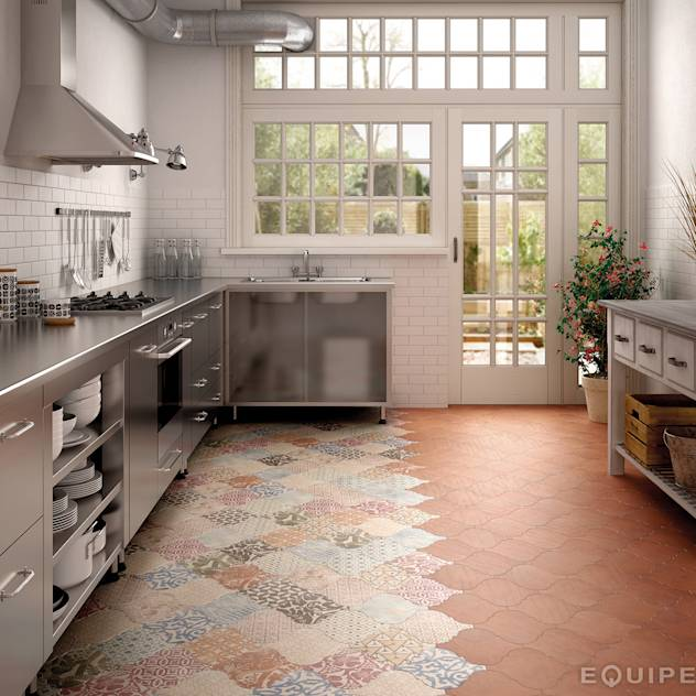 Curvytile Cotto Chestnut / Decor Patchwork Ceramic : Cucina moderna di Equipe Ceramicas