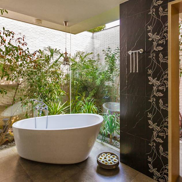 G Farm House : Eclectic style bathroom by Kumar Moorthy & Associates