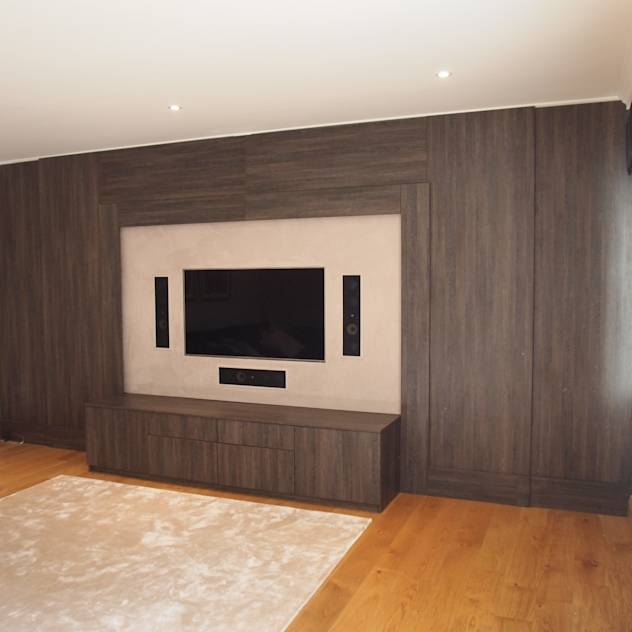 Dual purpose audio visual media unit with concealed 9 feet cinema screen and wood panelled walls. : Salas multimedia modernas de Designer Vision and Sound: Bespoke Cabinet Making