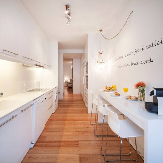 white kitchen : Cucina minimalista di Home Staging Factory