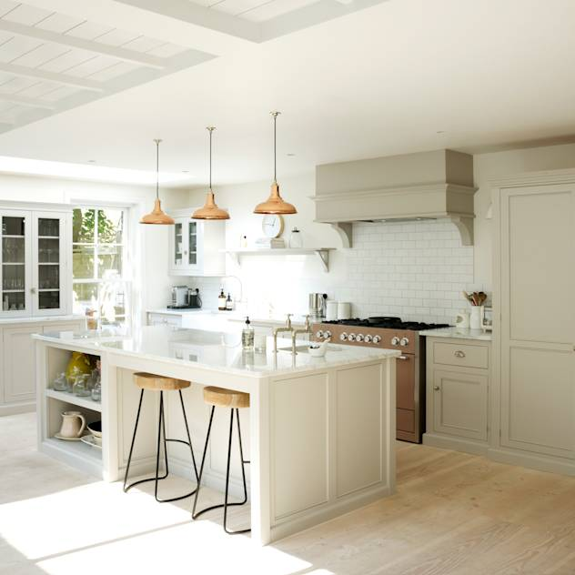 The Clapham Classic English Kitchen by deVOL : Cucina rurale di deVOL Kitchens