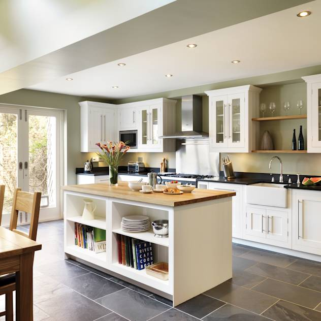 Shaker kitchen by Harvey Jones : Cucina in stile classico di Harvey Jones Kitchens