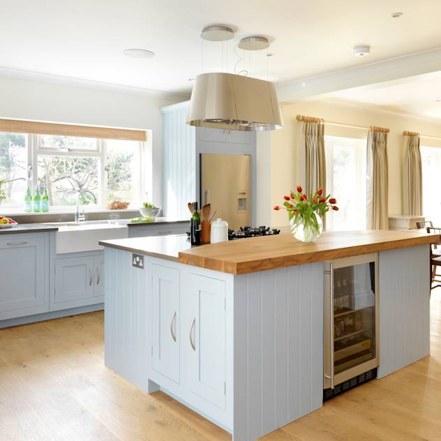 Painted Shaker kitchen by Harvey Jones : Cucina moderna di Harvey Jones Kitchens