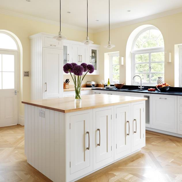 Painted Shaker kitchen by Harvey Jones : Cucina in stile classico di Harvey Jones Kitchens